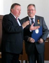 Landrat Dr. Pföhler im angeregten Meinungsaustausch mit Peter Josef Schmitz